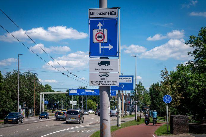 Het sinds kerst 2019 aangepaste aankondigingsbord voor de milieuzone, net over de John Frostbrug in Arnhem.