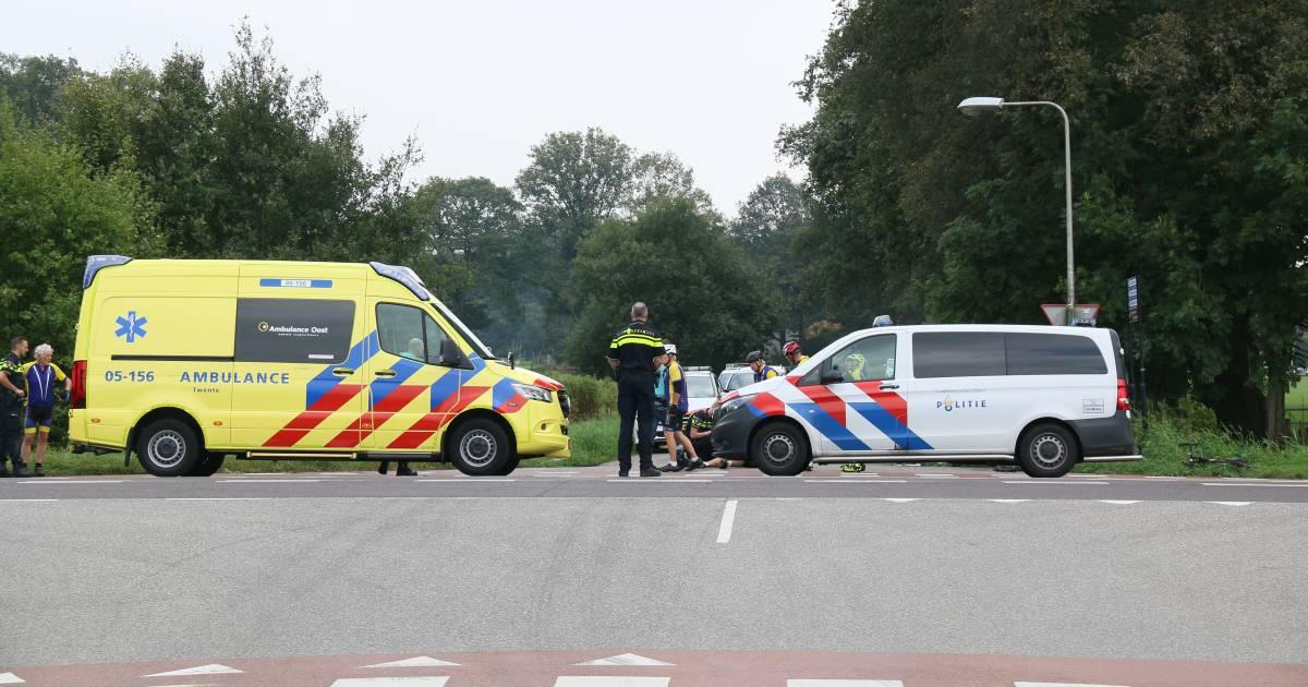 Wielrenner gewond na ongeluk in Markelo, traumaheli opgeroepen.