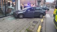 Auto rijdt tegen gevel na uitwijkmanoeuvre