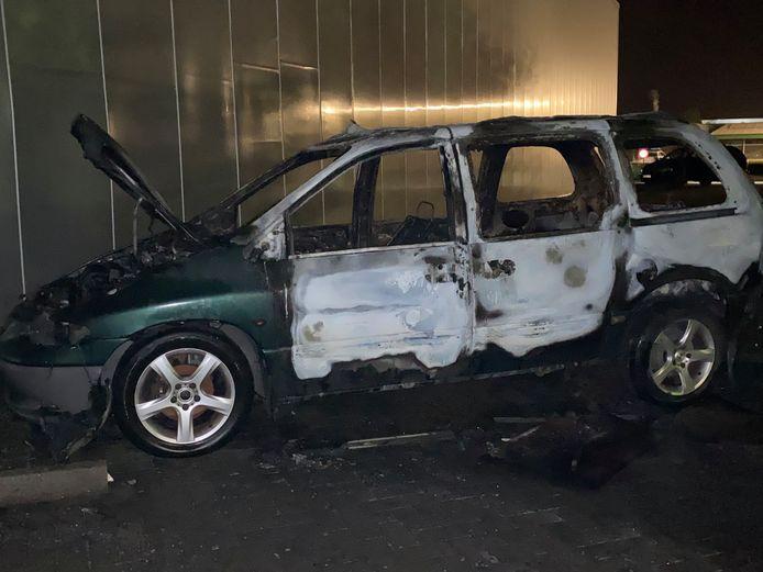 De schade in de omgeving bleef beperkt, maar de auto zelf brandde volledig uit.