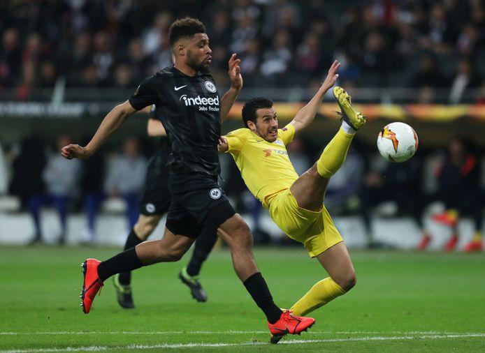 Simon Falette in duel met Chelsea-spits Pedro tijdens de halve finales van de Europa League in 2019.