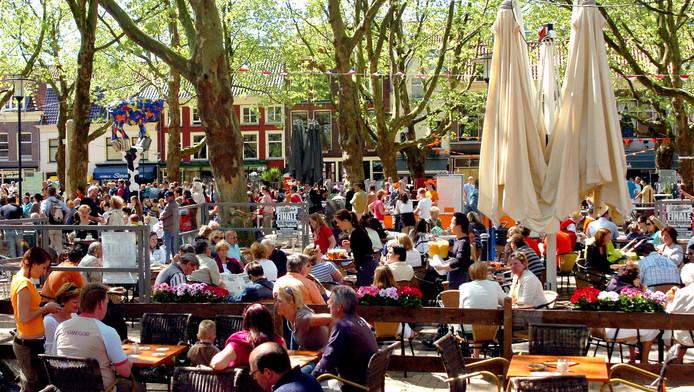 De Beestenmarkt, een van de grotere terrassen in Delft.