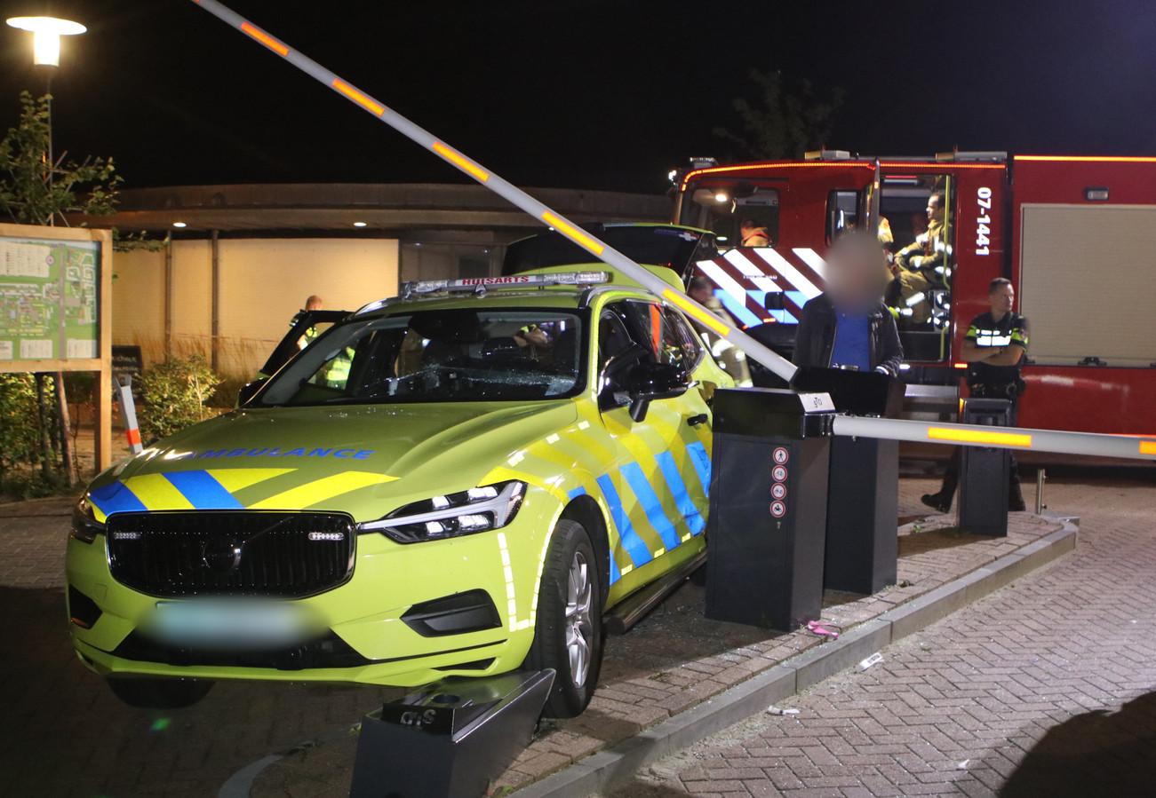 Een medewerker van een huisartsenpost is dinsdagavond gewond geraakt na een ongeval op een kampeerterrein in Lunteren.
