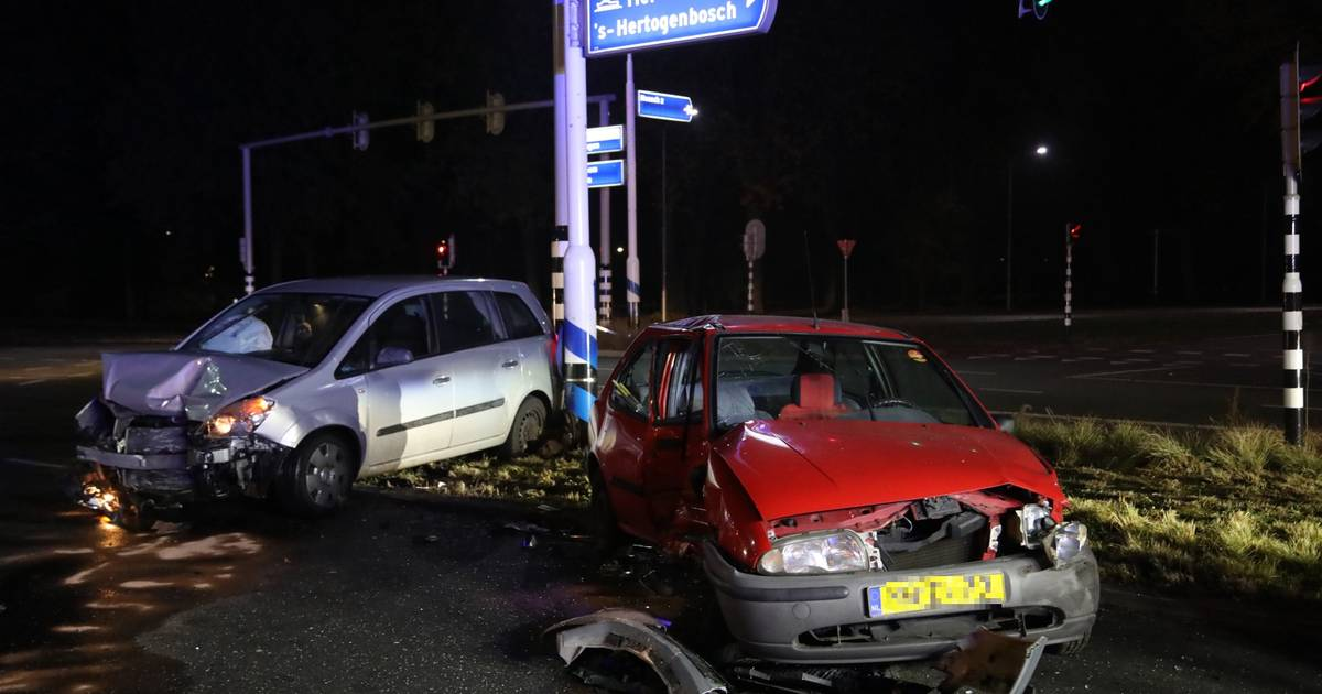 Veel schade bij ongeluk tussen drie auto's in Oss.