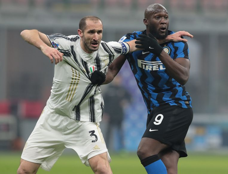 Trekken en sleuren. Romelu Lukaku (Inter) en Giorgio Chiellini (Juventus) kennen elkaar van in de Serie A. Beeld Inter via Getty Images
