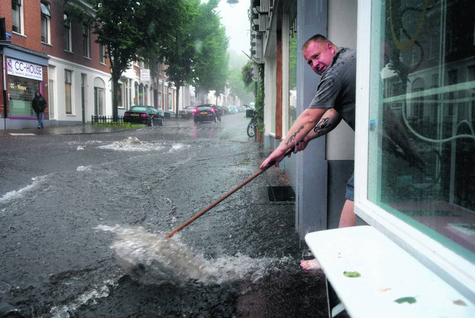 Wateroverlast op de Klarendalseweg in Arnhem op 28 juli 2014. Foto Rolf Hensel
