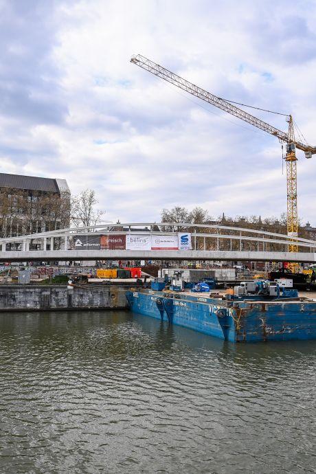 Le pont Suzan Daniel est mis en place au-dessus du canal de Bruxelles