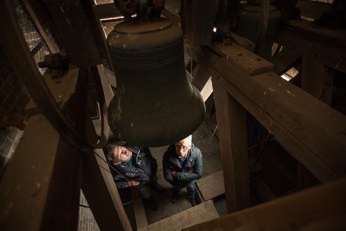 Leo Broeks en Theo Koggel (rechts) van de locatieraad van de katholieke kerk in Lemelerveld bekijken de staat van de kerktoren.
