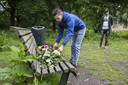 Vrienden van Mitchel leggen bloemen neer op de plek waar hij werd doodgeschoten.