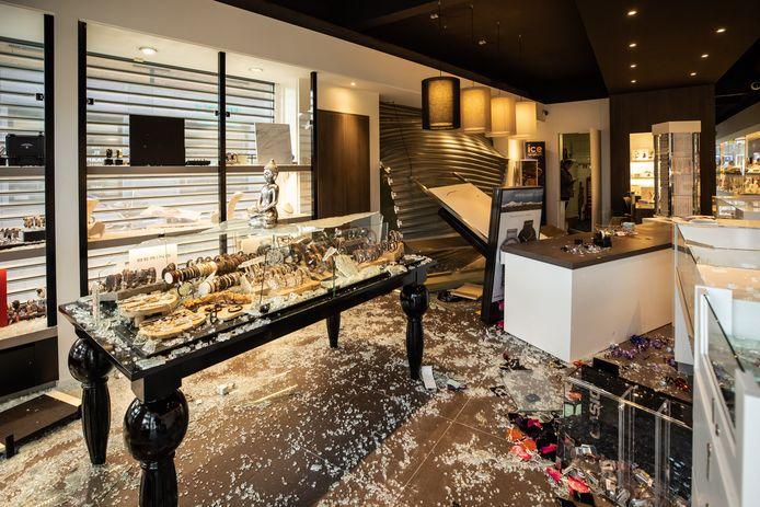 De schade in de juwelierszaak is enorm.