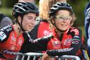 Op 8 september 2019, een jaar en vijf maanden na de diagnose, stond Jolien Verschueren (rechts) voor het eerst opnieuw aan de start van een veldrit. Op de foto wordt ze warm onthaald door haar Nederlandse ploegmaat Maud Kaptheijns.