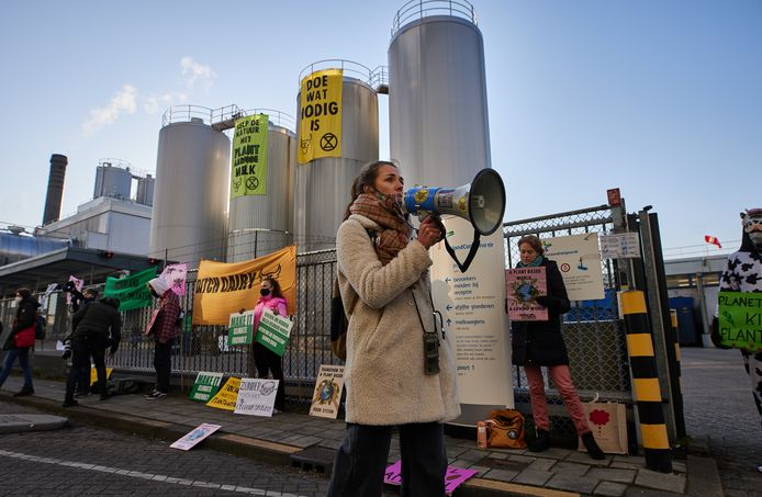Volgens de activisten is de zuivelindustrie slecht voor het klimaat.