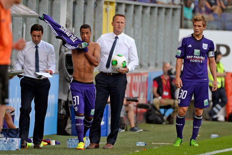 John van den Brom laat Youri Tielemans invallen bij Anderlecht, in juli 2013.