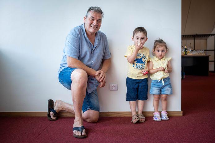 Rudy Gevaert met de kleine Ezra en haar broertje Suhil.