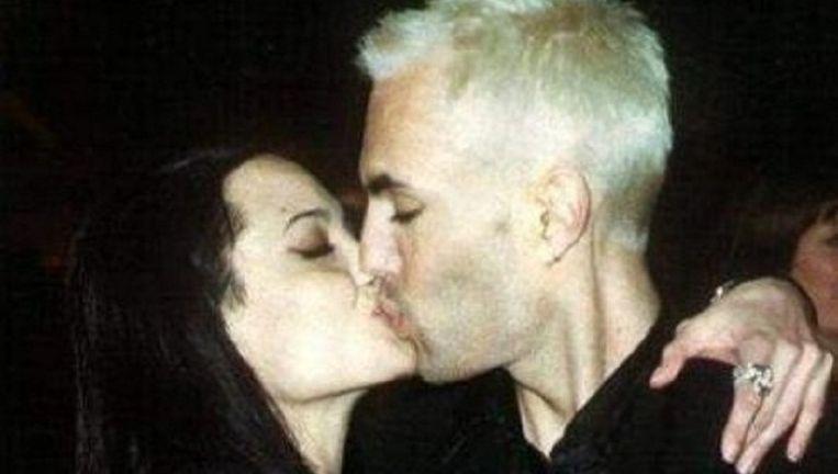 Angelina Jolie deelt een passionele kus met haar broer James. Beeld UNKNOWN
