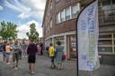 Niet alleen in Hengelo stonden lange rijen bij de locaties van Spoedtest.nl. Ook hier in Zwolle aan de Rembrandtlaan liepen de wachttijden op.
