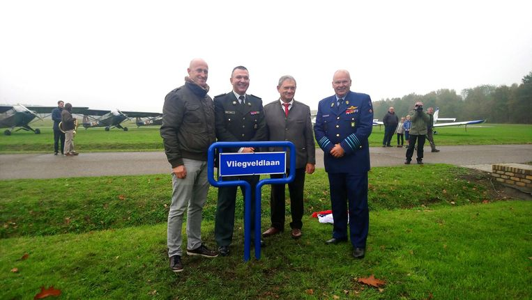 Burgemeester Koen Verberck, schepen Luc Sevenhans en Christoph Huys en Claude Van de Voorde van Defensie huldigen het straatnaambordje voor het vliegveld in.