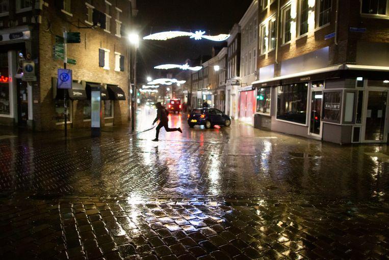Na het ingaan van de avondklok probeert een jongen in het centrum van Zwolle aan de politie te ontkomen.  Beeld Herman Engbers