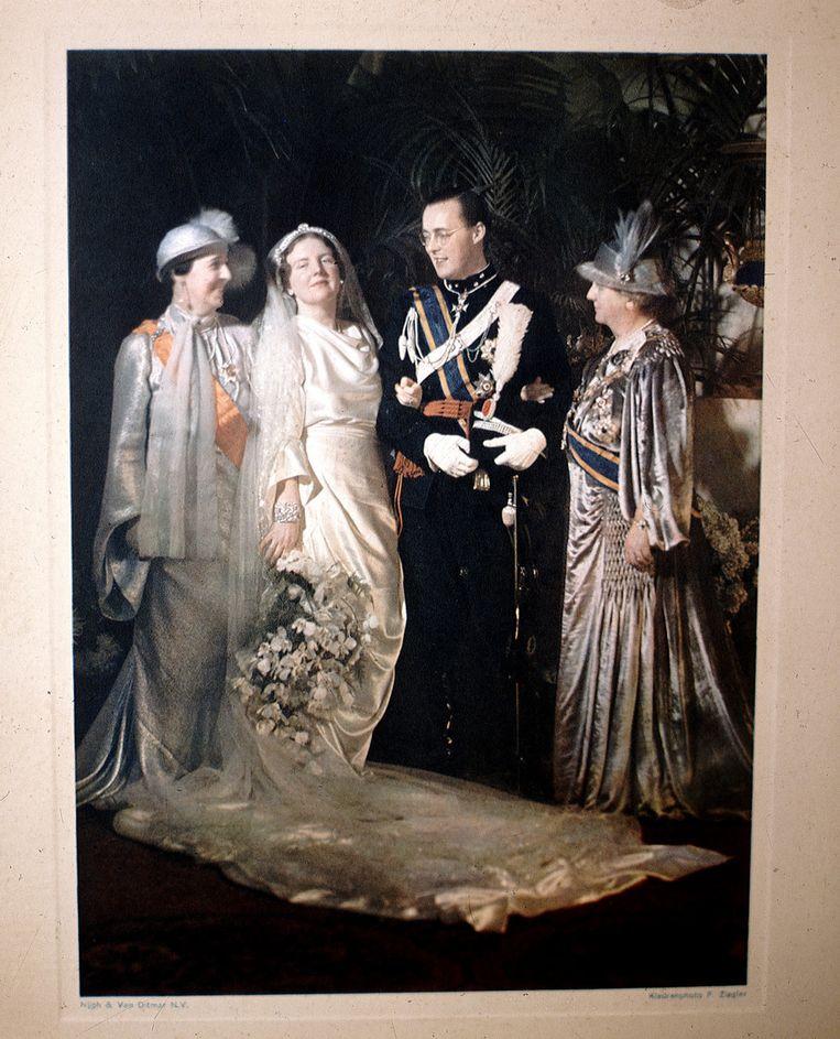 Officiele trouwfoto van prinses Juliana, prins Bernhard, Koningin Wilhelmina en de moeder van Bernhard, Armgard. Foto gemaakt op 7 januari 1937. Beeld Benelux Press
