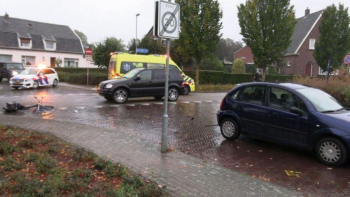 Hulpdiensten zijn ter plekke om assistentie te verlenen bij een aanrijding op de kruising Oude Doetinchemseweg/ Dahliastraat in 's-Heerenberg.