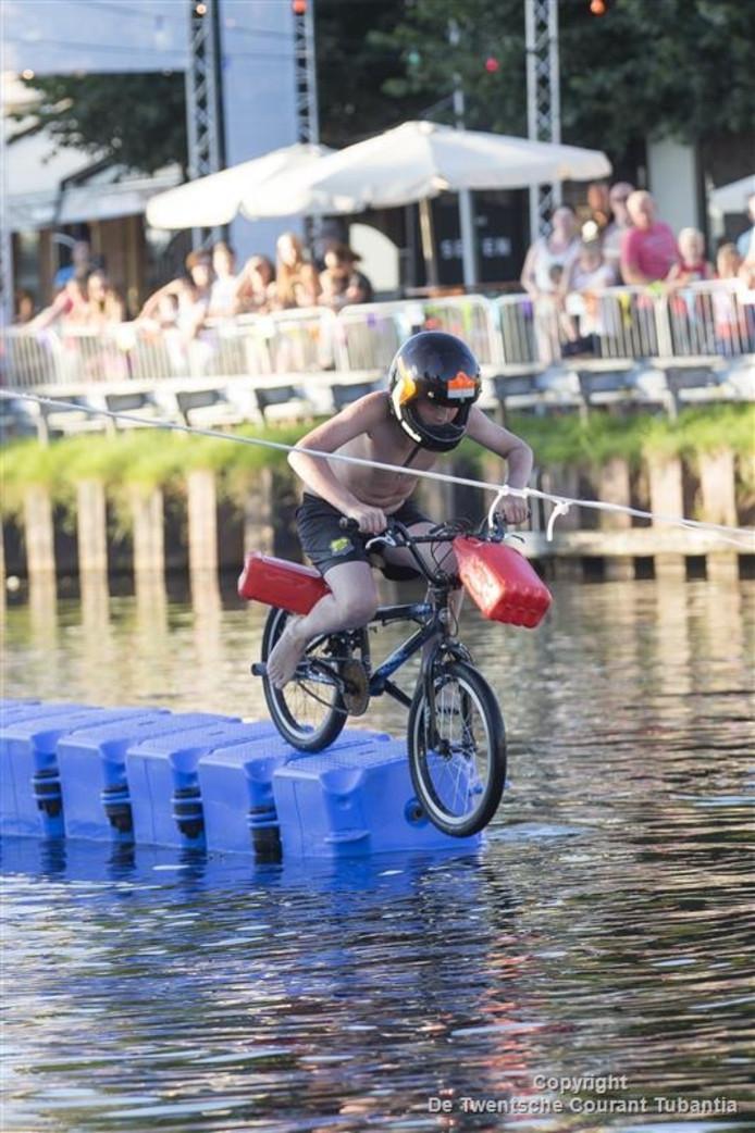 Eén van de activiteiten bij PlonZ! in Vriezenveen: met de fiets te water.