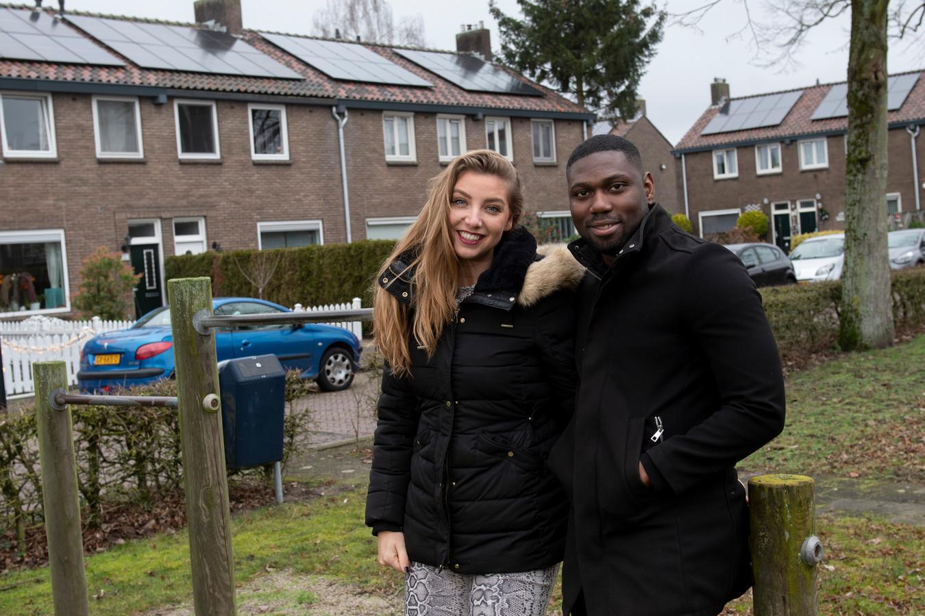 Johnson Amematei en Rebecca Hemrica op hun  Verdiplein in Apeldoorn-Zuid.