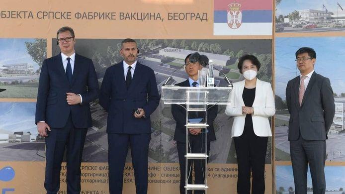 President Aleksandar Vucic (L) tijdens de ceremonie in Belgrado donderdag.