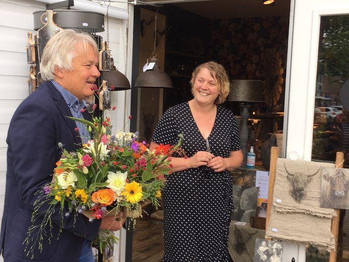 Centrummanager Eduard Plate feliciteert Mariska Binnenmars met haar winkel.