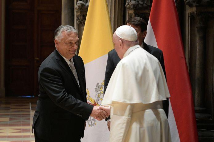 De Hongaarse premier Viktor Orbán en paus Franciscus schudden elkaar de hand.