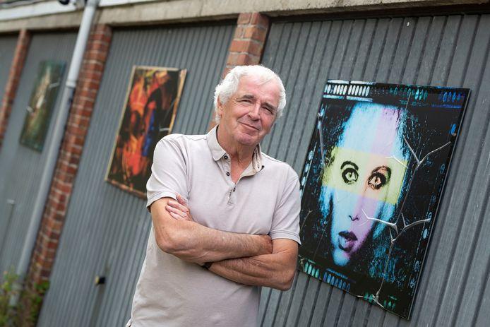 Jos Rikkerink bij zijn goed verborgen garagekunst aan de Drienerbeekweg. Naast zijn foto's hangen de afbeeldingen van zijn vriend Marcel Kistemaker. En daar tegenover, op een schutting, zijn stifttekeningen te zien. Zo is deze achterafplek een klein kunsteiland geworden.