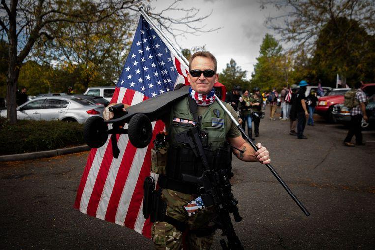 Vaak zijn de Proud Boys gehuld in pseudo- of levensechte militaire outfit.  Beeld AFP