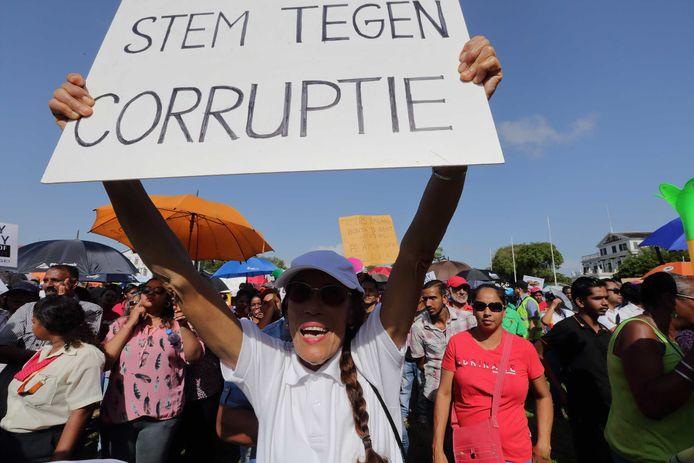 Betoging in Paramaribo tegen het beleid van president Bouterse en minister van Financien Hoefdraad in februari.