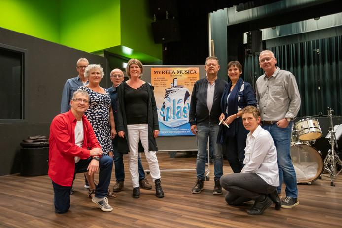 Leden van Myrtha Musica, met in het midden Margon Buijlinckx.