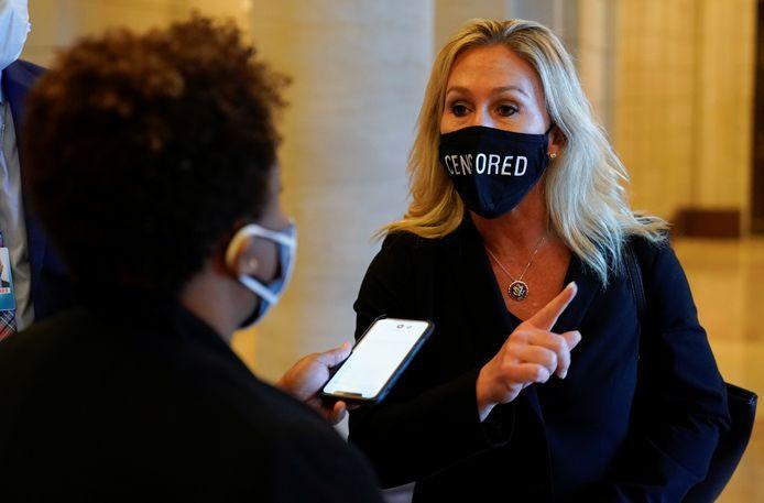 Met 'gecensureerd' op haar mondmasker protesteerde Taylor Greene al tegen de pogingen van Democraten én Republikeinen om haar uit een aantal commissies van het Huis te zetten.