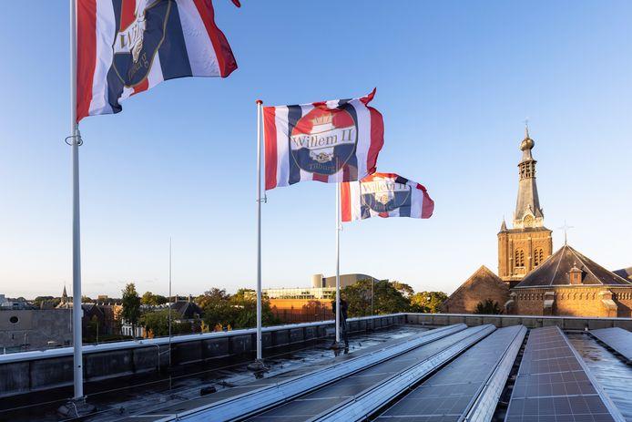 Vlaggen op het dak van het Stadskantoor in Tilburg, donderdagmiddag.