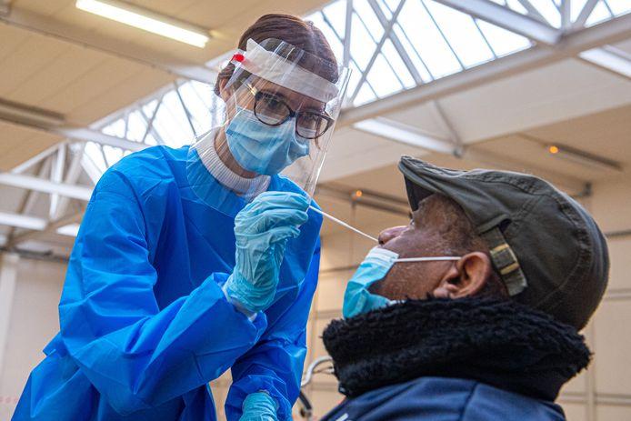 Een GGD-medewerkster voert een test uit in de teststraat van Veenendaal