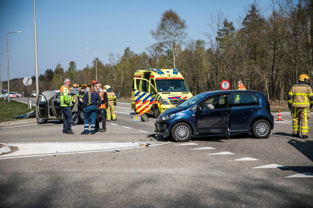 Bij een ongeluk op de Arnhemseweg bij Beekbergen vielen twee gewonden.