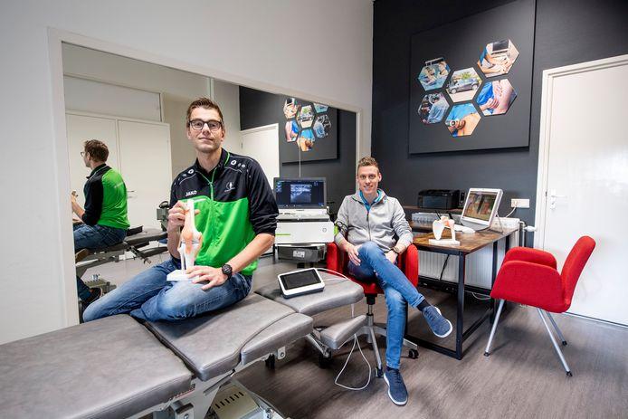 Fysiotherapeuten Leon Kamphuis (links) uit Rijssen en Robert Pouwels uit Almelo beginnen een regionaal centrum voor peesbehandelingen in Heeten.