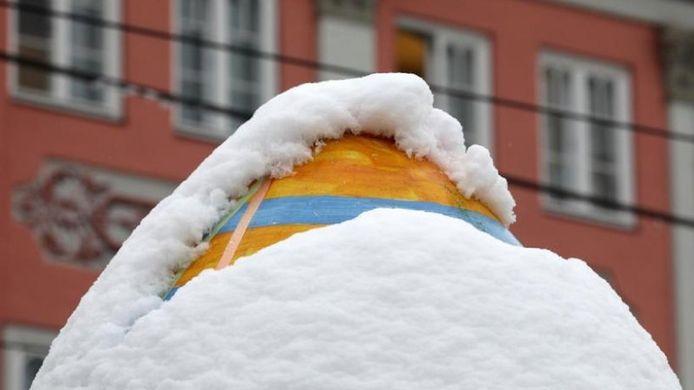 Een met sneeuw bedekt reuzenpaasei op de Paasmarkt in Rostock.