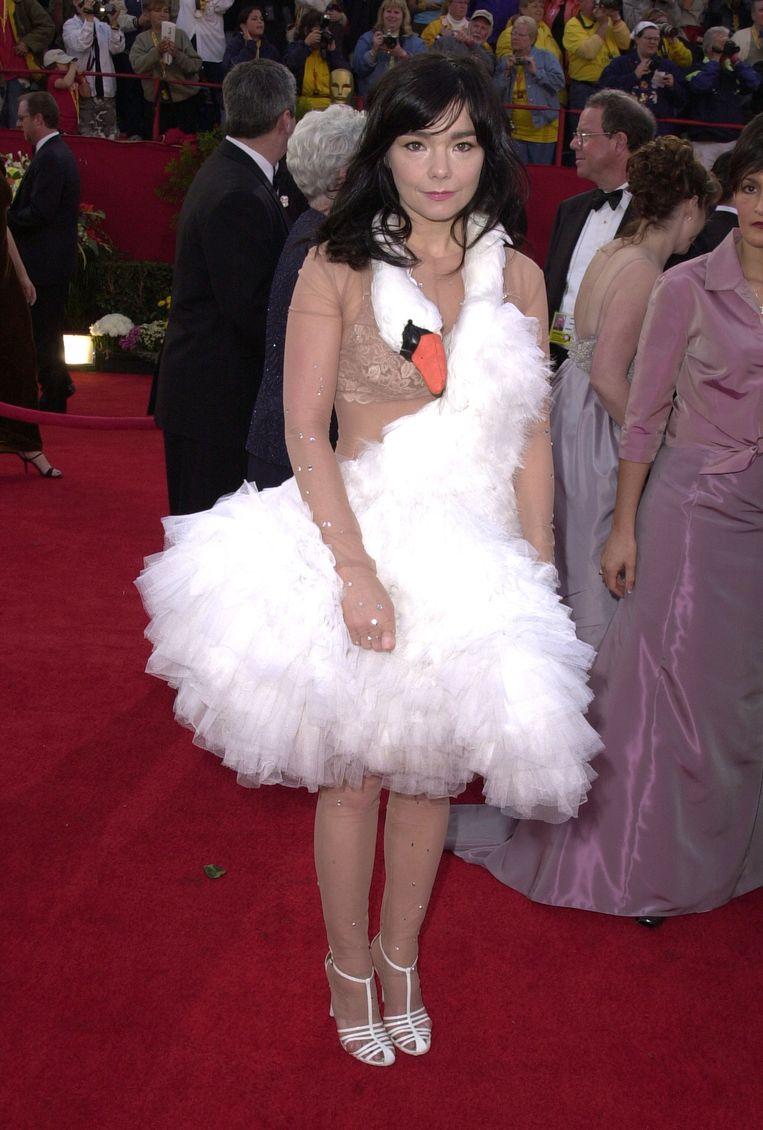 De veelbesproken zwanenjurk van KTZ waarmee Björk in 2001 op de uitreiking van de Oscars verscheen.