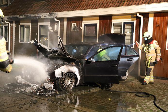 De auto aan de Wilhelmina Druckerweg in Culemborg brandde aan de voorzijde volledig uit.