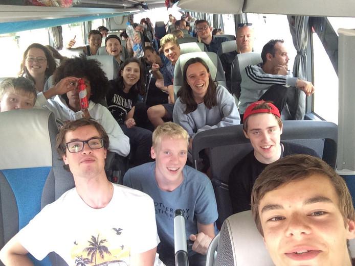 Onderweg naar Praag is het alweer gezellig in de bus.