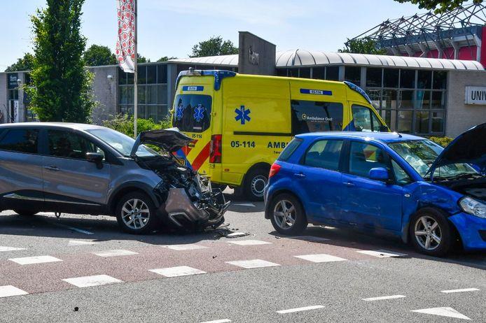 Twee auto's kwamen op het Capitool in Enschede met elkaar in botsing.