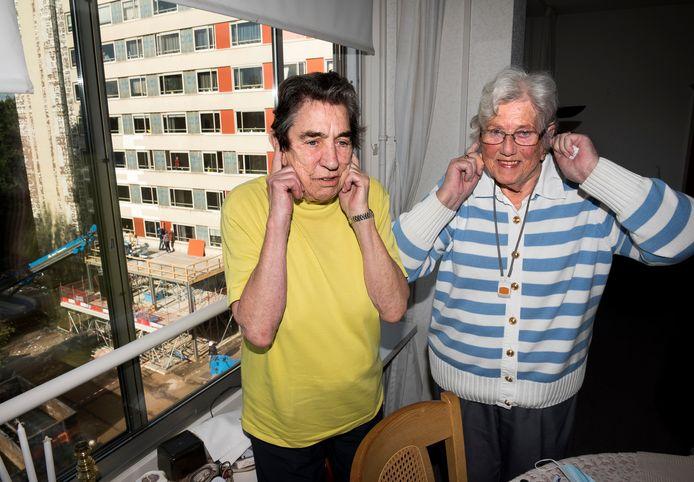 Bewoners Cilia de Groot (l) en Margreet Leeuwenburg worden horendol van de herrie tijdens de grootschalige renovatie van woonzorgcentrum Zuylenstede, die al om 7.00 uur 's ochtends begint.