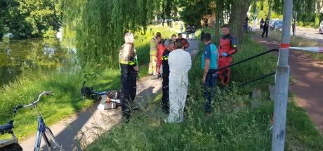 Voorbijganger haalt fietser uit water bij Singel Deventer, slachtoffer met spoed naar ziekenhuis
