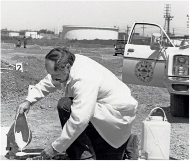 Rechercheur Larry Crompton maakt een afgietsel in gips van een voetafdruk op een plaats delict. Beeld