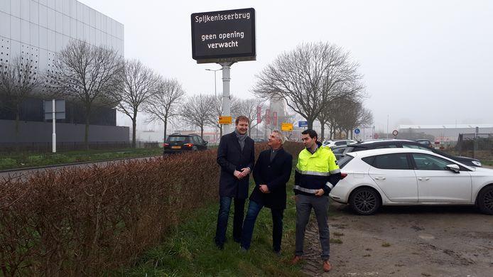 Automobilisten zien al op de Schenkelweg in Spijkenisse dat er geen opening van de Spijkenisserbrug wordt verwacht.