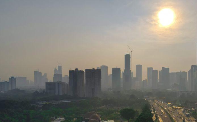 Jakarta wordt wakker in de smog.