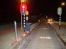 Dronken bestuurder volgt in Zwolle route voor fietsers en stadsbus, maar rijdt achteruit het water in