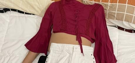 Elle se sert de son mari endormi pour présenter les vêtements de sa nouvelle collection